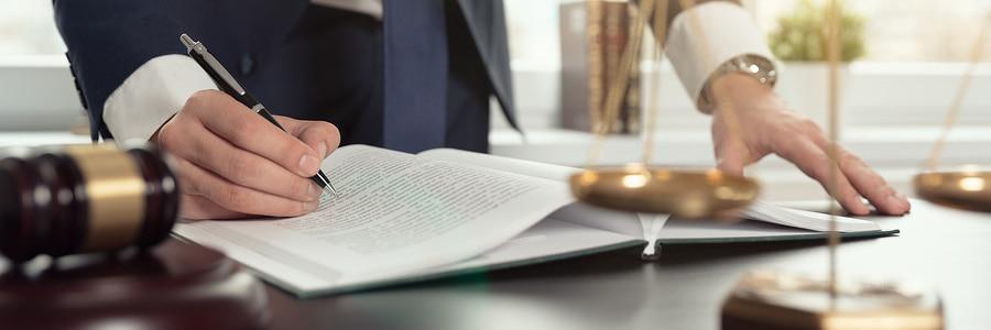 书桌的律师有笔和笔记本的工作来帮助启动